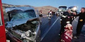 Sivas'ta feci kaza! Yolcu otobüsü ticari araçla çarpıştı: 2 ölü
