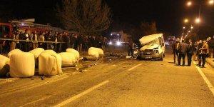 Afyonkarahisar'da minibüs traktöre çarptı: 1 ölü, 5 yaralı