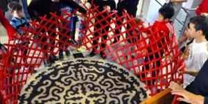 Çocuklar Kırgız keçe çadırının kurulumunu öğrendi!