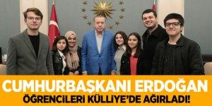 Cumhurbaşkanı Erdoğan çaya davet ettiği öğrencileri Külliye'de ağırladı