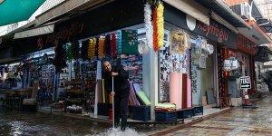 İzmir ve Bodrum'da sağanak hayatı olumsuz etkiledi!