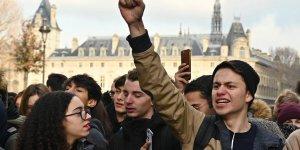 Fransa'da lise öğrencilerinden 'kara salı' eylemi