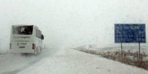 Erzincan-Sivas kara yolu kar ve tipi nedeniyle ulaşıma kapandı!