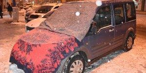 Kars'ta araçlara battaniyeli ve halılı koruma
