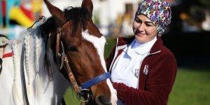 Kadın seyis atları çocuklarından ayırt etmiyor