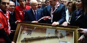 50'nci kuruluş yıl dönümü kapsamında  Bahçeli'ye Çanakkale Savaşı'nda kullanılan tüfek hediye edildi!