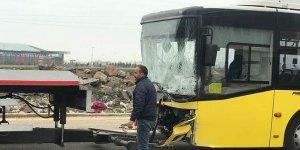 Servis minibüsü ile belediye otobüsü çarpıştı: 22 yaralı
