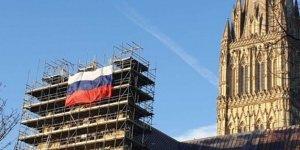 İki ülke arasında katedralde bayrak krizi