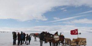 Buzla kaplı Çıldır Gölü'nde turist yoğunluğu