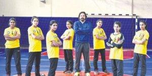 Beden eğitimi öğretmeni Mehmet Kumru sayesinde Hentbol sporunun peşinden giden 8 kız öğrenci