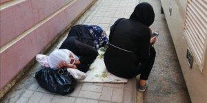 Evladı için eylem yapan anne yorgun düşünce beton zeminde uyudu