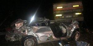Otomobille tır çarpıştı: 2 ölü, 3 yaralı