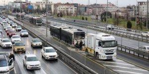 İstanbul'da metrobüs yangını! Seferlerde aksamalar yaşandı!