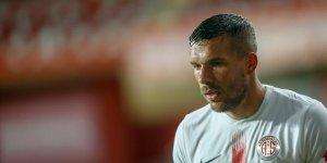 Antalyaspor'da Podolski 3-4 hafta sahalardan uzak kalacak