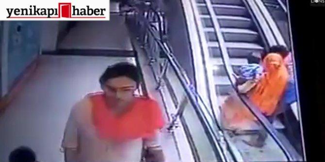 Dehşet görüntüler! Bebeğini yürüyen merdivenden düşürdü