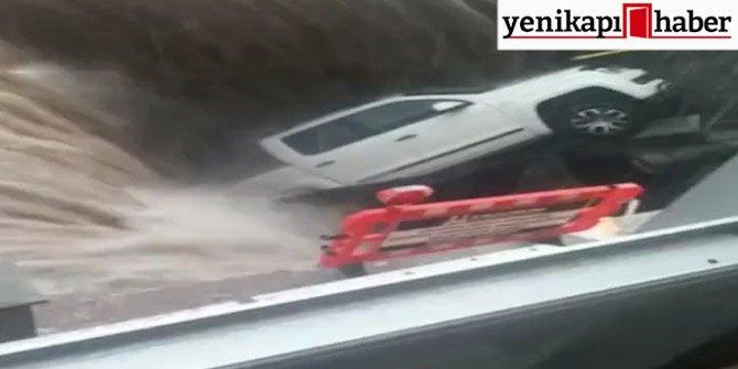 Erzurum'da sel sonrası oluşan göçük otomobili yuttu!