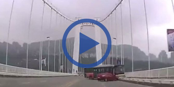 Yolcu şoföre saldırdı, otobüs köprüden uçtu!