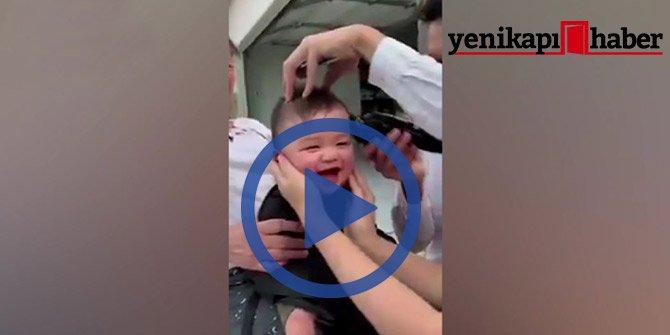 Saçları kesilirken gülme krizine giren bebek!
