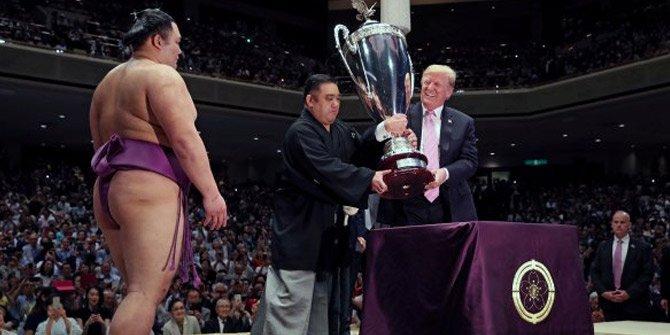 Trump sumo güreşi kupasını kaldırdı