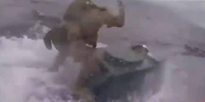 Uyuşturucu taşıyan denizaltının üzerine atladı