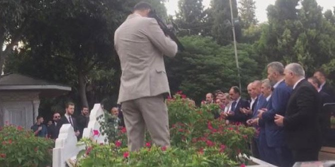 Cumhurbaşkanı Erdoğan, Erbakan'ın kabrinde dua etti