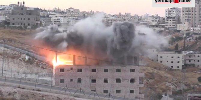 Bu ne düşmanlık nasıl hırs!  İsrail Filistinlilerin binasını şov yaparak yıktı!