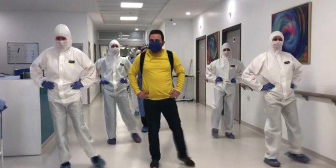 """Sağlığına kavuşan koronavirüs hastası """"Penguen dansı""""yla taburcu edildi"""