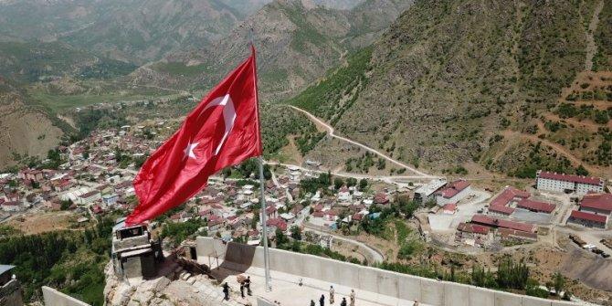 Teröristlerin 'girilmez' dediği Kato Dağı'nda 150 metrekarelik Türk bayrağı göndere çekildi