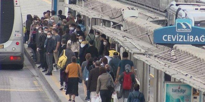 Yeni normalin ilk gününde metrobüslerde yoğunluk yaşandı