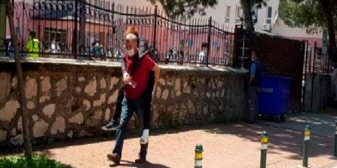 Bacağı alçılı öğrenciyi, LGS'ye girdiği okula babası sırtında taşıdı